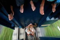 India_women_travaling_on_the_train_joint